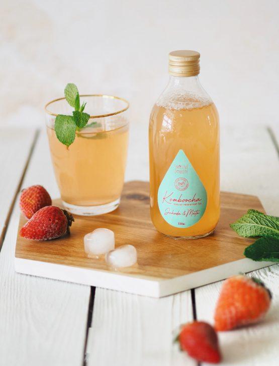 Kombucha jahoda a máta ve skleničce jahody letní drink osvěžení probiotika probiotický nápoj perlivý