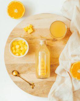 Kombucha mango maca na prkénku dřevěném kedokare drink probiotika