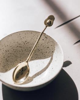 Mosazná lžička avokádo ruční výroba v misce