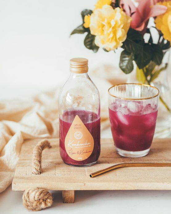 Kombucha řepa kurkuma mrkev perlivý probiotický nápoj nepasterizovaná raw kombucha nalitá ve skleničce