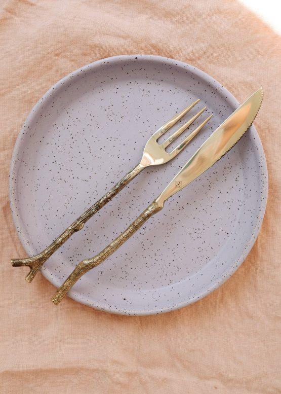 Set mosazných příborů větvička ruční výroba n talíři keramickém