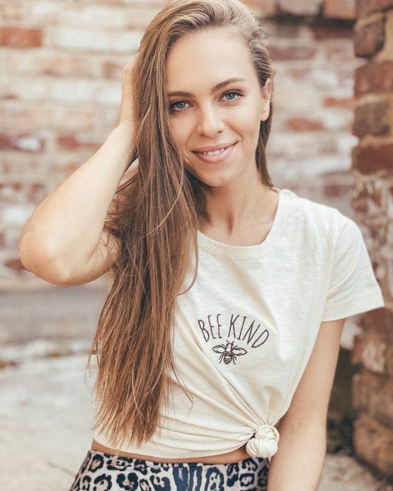 Dámské tričko BEE KIND ze 100% organické bavlny GOTS vyšité na Slovensku a v Česku fairtrade