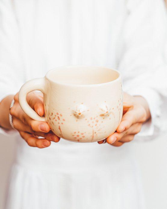 Keramický hrnek s prsy ruční výroba jarní motivy květin držení v ruce
