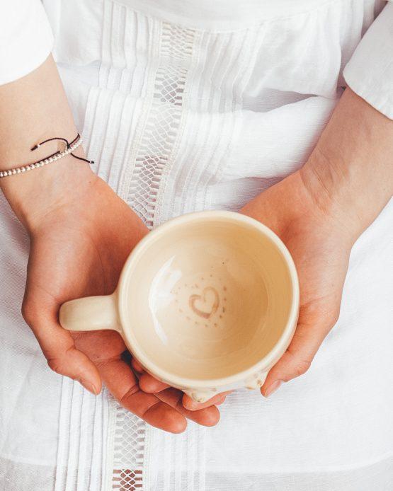 Keramický hrnek s prsy ruční výroba jarní motivy květin držení v ruce detail srdce