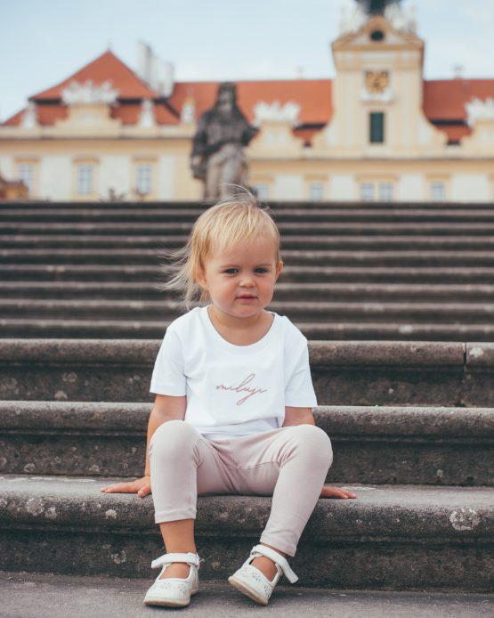 Smyslné Dobroty merch bílé tričko Miluji z organické bavlny ruční výroba malá modelka