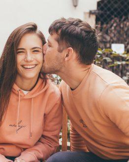 podzimní měkoučká mikča jemných růžových barev s ručně vyšívaným nápisem Miluji Šárka a Ondra si dávají pusu ve Valticích