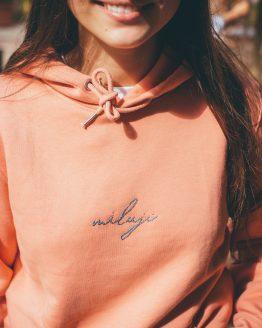 podzimní měkoučká mikča jemných růžových barev s ručně vyšívaným nápisem Miluji Šárka se usmívá ve Valticích