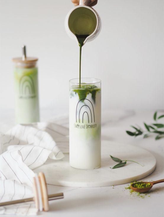 Sklenice pohár na pití smoothie nalévání matcha mléko