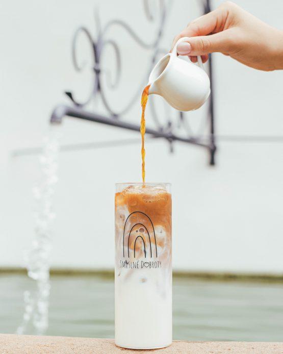 Tumbler sklenice na smoothie s nerezovým brčkem vyrobeno v ČR nalévání kávy